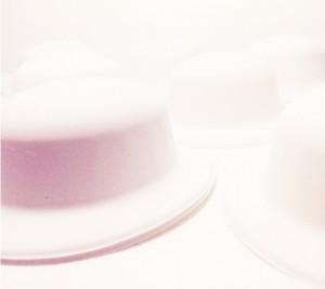 כובעי זמש לבנים